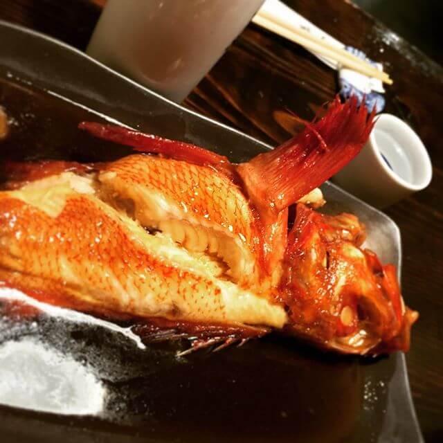 だから、ニクブソク!!!笑キンキの煮付。死ぬほど美味しかったです。m(_ _)m#新橋の魚はウマイ#居酒屋 #魚 #煮魚 #キンキ