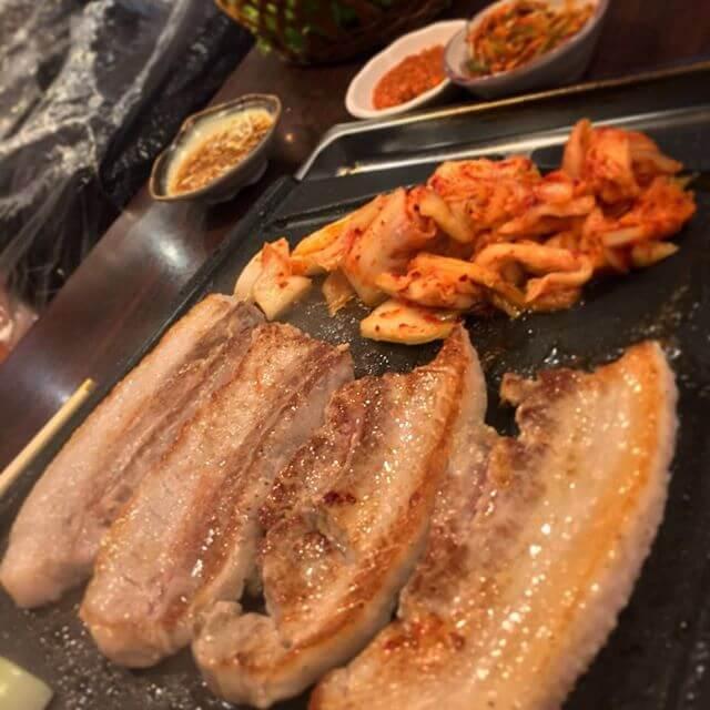 ひっさしぶりにサムギョプったよ!ブタミン超絶摂取w笑韓国のおにーさんは甲斐甲斐しいですなぁ(´ - `).。oO#サムギョプサル #韓国料理#マッコリ