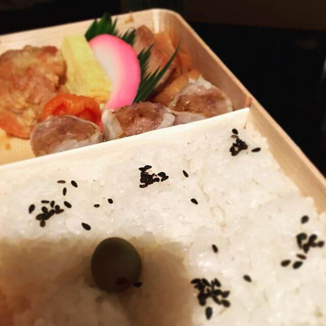 横浜方面で仕事だったので横浜と言えば。崎陽軒のシウマイ弁当お腹空き過ぎてガッツいてしまい内容が汚く欠けており変なアングルである事をお許し下さいw売り切れているお弁当多々でやっぱし人気なんだなーと(´ - `).。oO#崎陽軒 #シウマイ弁当 #横浜