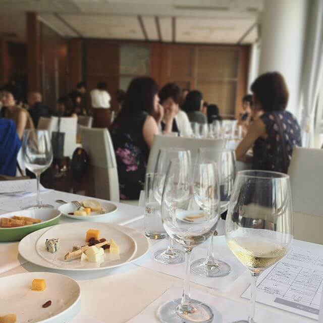 ワインの勉強をしてきました(๑•̀ㅂ•́)و✧今日はスパークリングワインの回!「泡🏻」というだけで テキトーな感覚で飲んでいたシャンパン・スパークリングですがこれからは少し。理解の下 戴けそうです🙄w#ワイン #ワイン会 #勉強#スパークリング #シャンパン