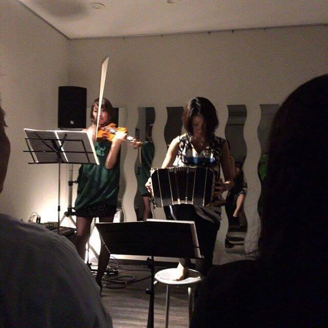 """Tango Trio Night 昨晩の一コマ。""""闇と光""""みたいなカンジね🤔暖かくユニークなお客様に囲まれ無事終了!#バンドネオン #タンゴ #bandoneón #tango #プライベートコンサート"""