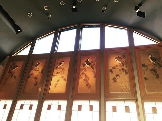 見事な花香鳥水墨画(で良いのかな)下部の窓模様が鍵盤に見えてしまう…🙄#水墨画 #花香鳥 #アート #食 #空間