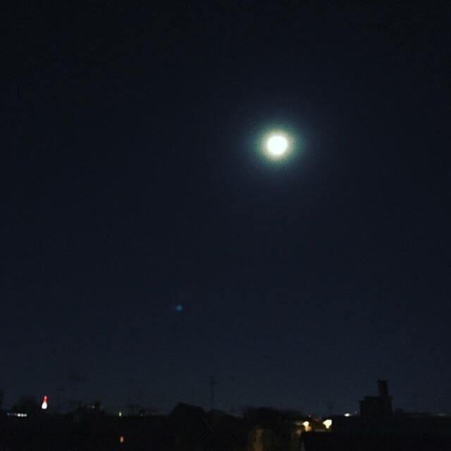 月が綺麗🌝&街がとても静かでなんとも言えない時間。冬:オリオン座が見事ですよね#空 #月 #夜空 #星