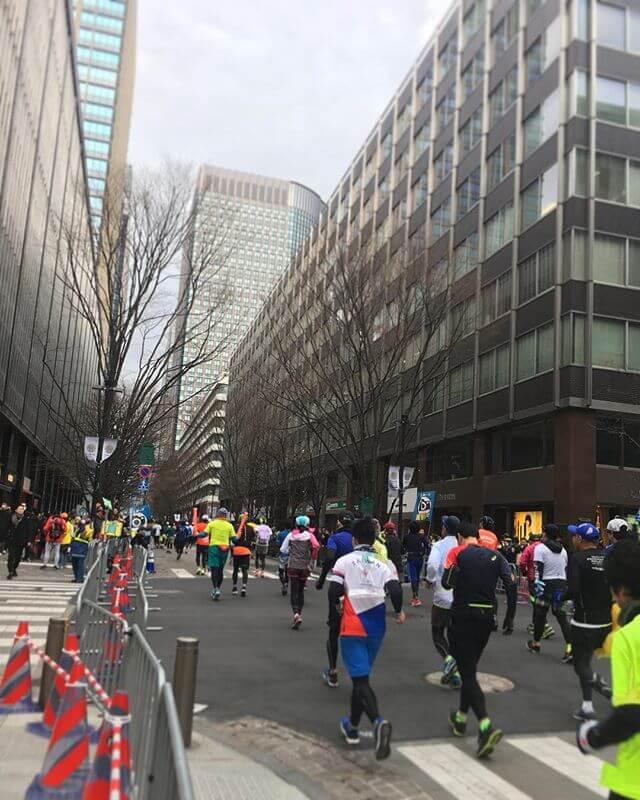 東京マラソン♀♂️️頑張れー!!だけど道路が渡れず困った地下道を上がったり潜ったり 泣きそう!!#東京マラソン #日比谷 #Tokyo