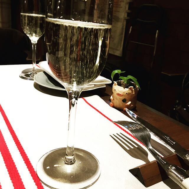 レッスン後 生徒さんとゴハンへ。生徒さん:大人 がゆえのお楽しみですなw豚さん専門のビストロに案内してくれたのですがお料理もワインも最高でした#バンドネオン #レッスン #ビストロ #豚 #シャンパン