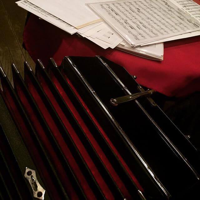 「赤と黒」。演奏頑張ります(๑•̀ㅂ•́)و✧#バンドネオン #タンゴ #銀座 #赤 #黒