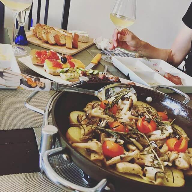 歌手とマダムと会食....マダムの手料理 凄すぎ!!!素晴らしく美味しい料理と美味しいワインと楽しい会話に 時間があっという間英気を養い、明日からまた頑張ります🤚🏻#会食 #手料理 #ワイン #お招き